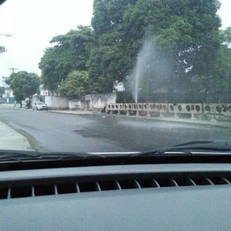 Vazamento na Rua André Rocha pode ter sido causado pela força da pressão da água Foto: Fábio Peralta / Twitter