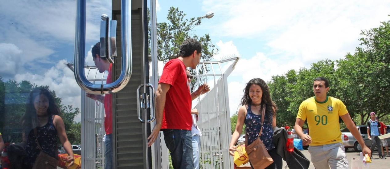 Alunos correm para não perder a prova em Brasília, na edição de 2012 Foto: André Coelho / Agência O Globo