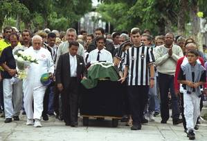 Sempre bem vestido, 'Papagaio de pirata' carrega caixão do ex-jogador Didi em 2001. Jaiminho morreu nesta quinta-feira Foto: Michel Filho / Agência O Globo