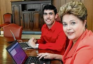 Jeferson Monteiro, criador da Dilma Bolada, no dia em que a presidente voltou ao Twitter e o recebeu no Planalto Foto: Divulgação/27.09.2013