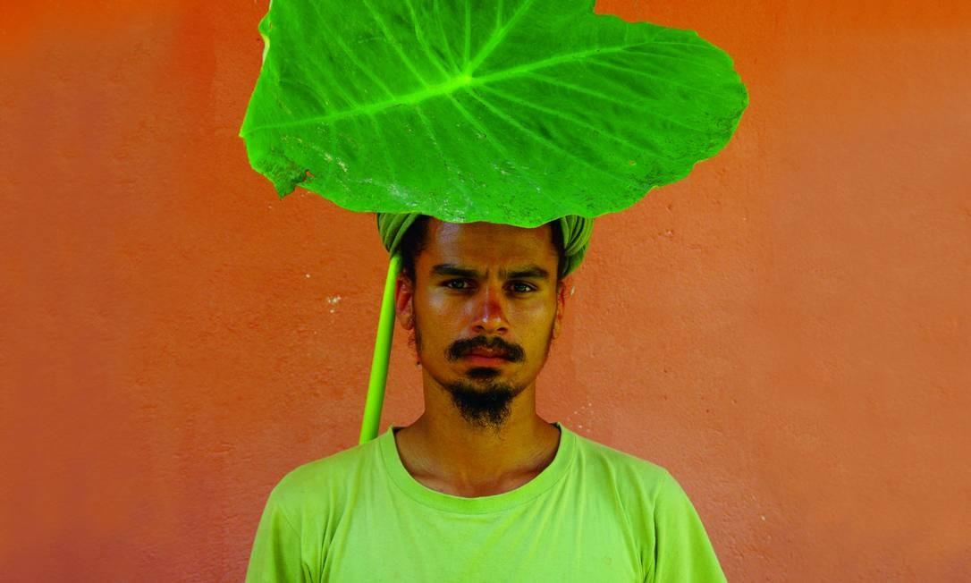 O artista em foto da série 'Objetos para tampar o sol de seus olhos' (2010) Foto: Terceiro / Divulgação