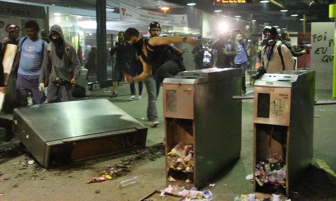 Manifestantes destroem terminal D.Pedro, em São Paulo Foto: Marcos Alves / Agência O Globo / 25-10-2013