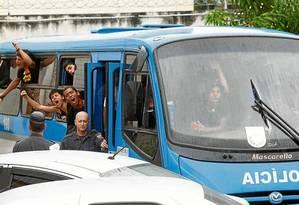 Presos são levados num ônibus da Polícia Militar para exame de corpo de delito no IML: grupo foi detido no Centro, depois de atos de vandalismo Foto: Ana Branco/16-10-2013