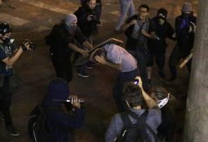 Policial militar é agredido por black blocs durante a manifestação desta sexta-feira, em São Paulo Foto: Nelson Antoine / Nelson Antoine/Fotoarena/Folhapress