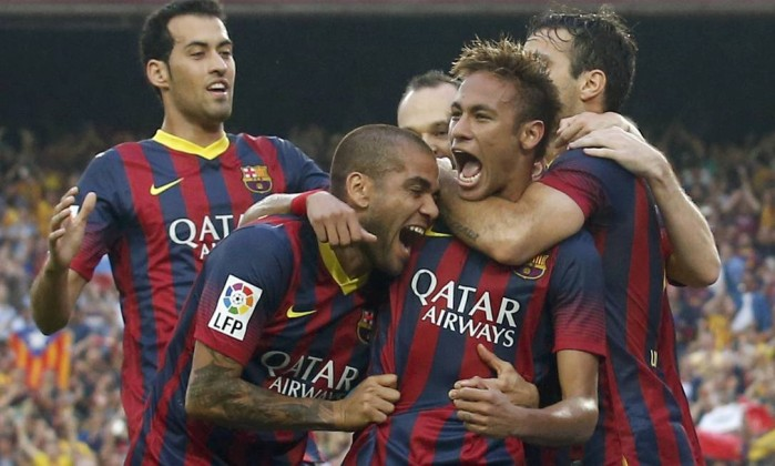 "Barcelona's Neymar (R) is congratulated by his team mates Dani Alves (C) and Sergio Busquets after scoring a goal against Real Madrid during their Spanish first division ""Clasico"" soccer match at Nou Camp stadium in Barcelona October 26, 2013. REUTERS/Albert Gea (SPAIN - Tags: SPORT SOCCER) ALBERT GEA / REUTERS"