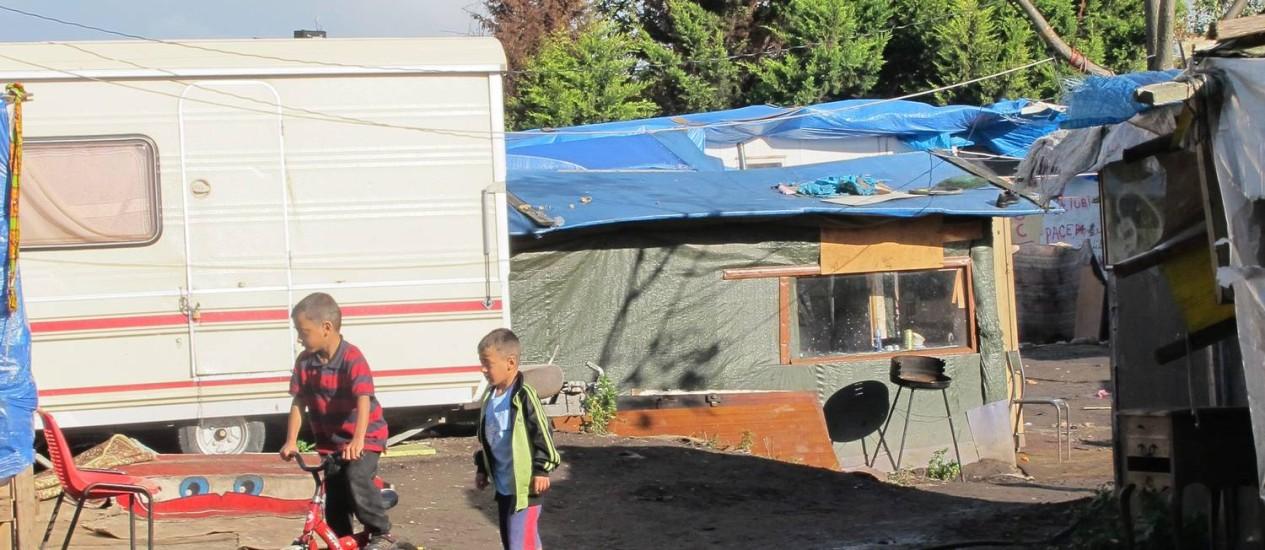 """Desolação. Crianças ciganas brincam em acampamento em Ivry-sur-Seine, subúrbio da capital francesa: vida dura em meio a ratazanas """"do tamanho de gatos ou cachorros"""" Foto: Fernando Eichenberg"""
