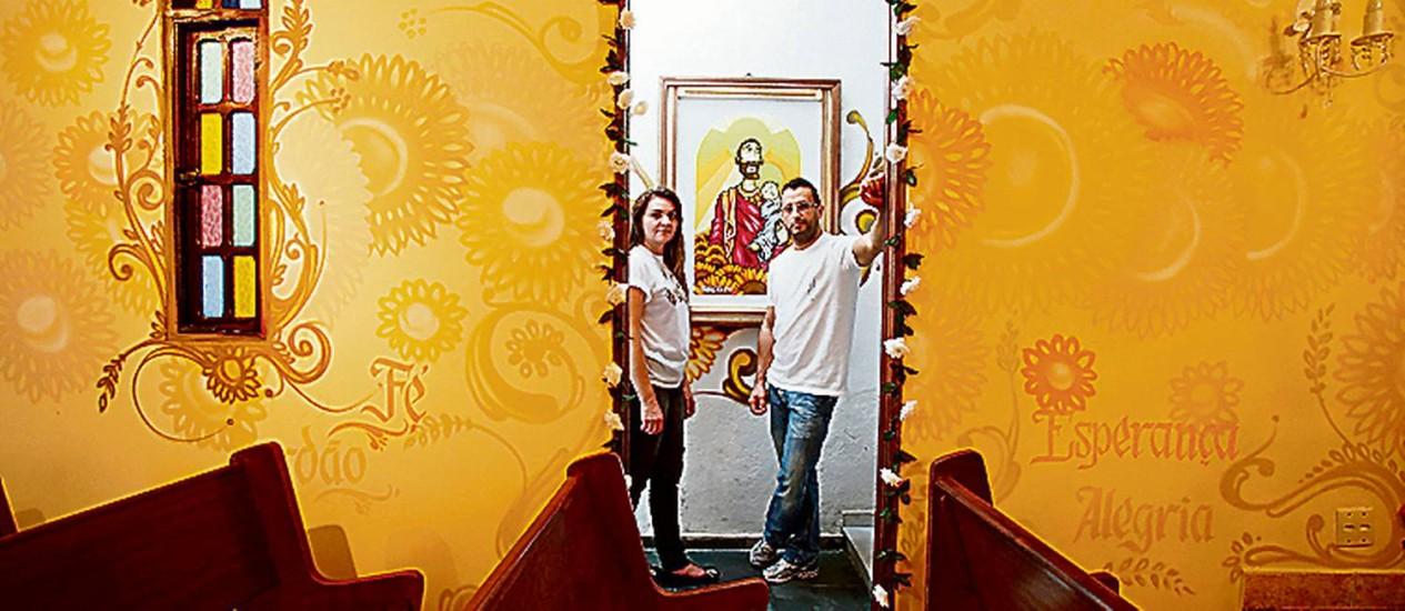 Nani e frei Nilson, com São José grafitado atrás e entre palavras cristãs Foto: Agência O Globo