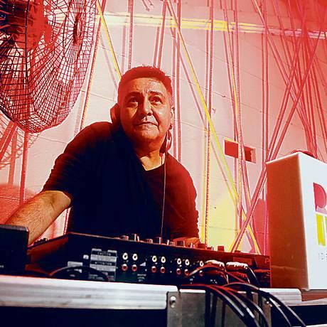 Som na caixa. O DJ FC Nond, de 51 anos, duas paixões: arquitetura e design Foto: Fábio Rossi