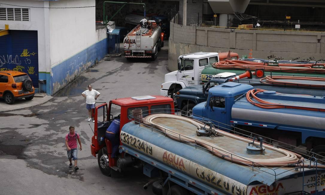 Camihões-pipa abastecem posto de abastecimento de água da Cedae, na Avenida Presidente Vargas Foto: Marcos Tristão / O Globo