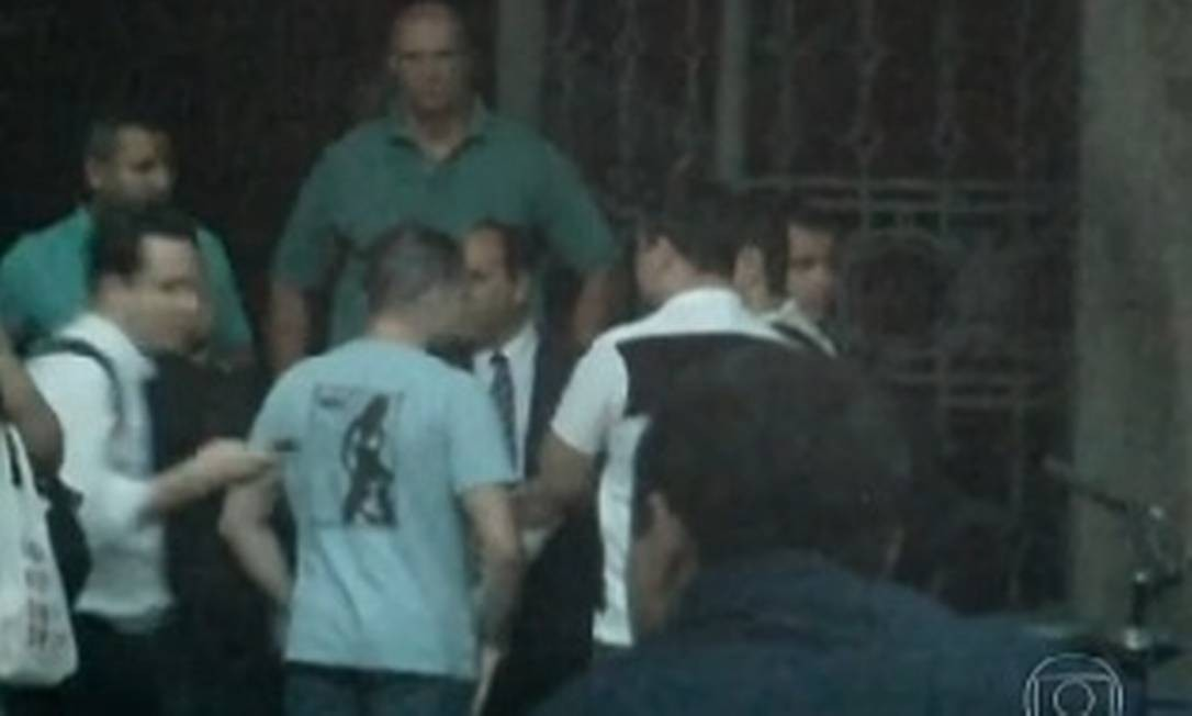 Reunião feita pelo major Edson Santos numa calçada no Centro do Rio Foto: TV Globo / Reprodução 'Fantástico'