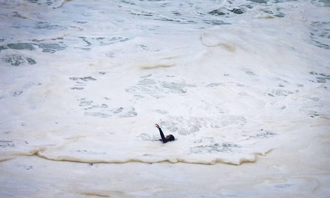 Maya Gabeira caiu ao surfar uma onda gigante e precisou ser resgatada AP