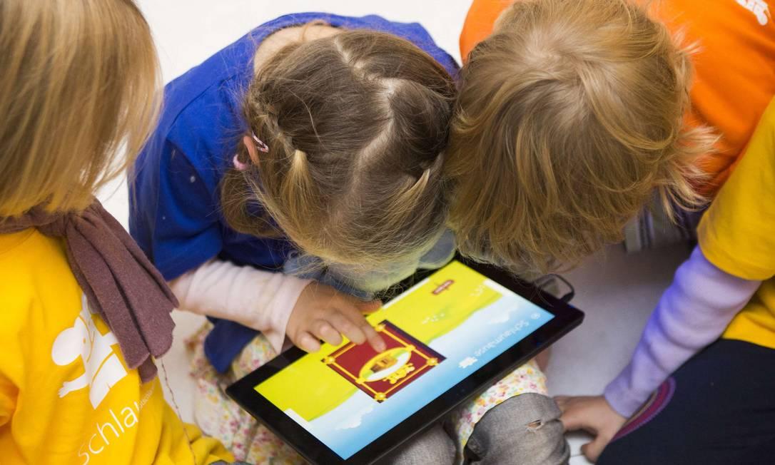 Tablets podem trazer benefícios educativos, mas uso como babá eletrônica é prejudicial Foto: THOMAS PETER/REUTERS