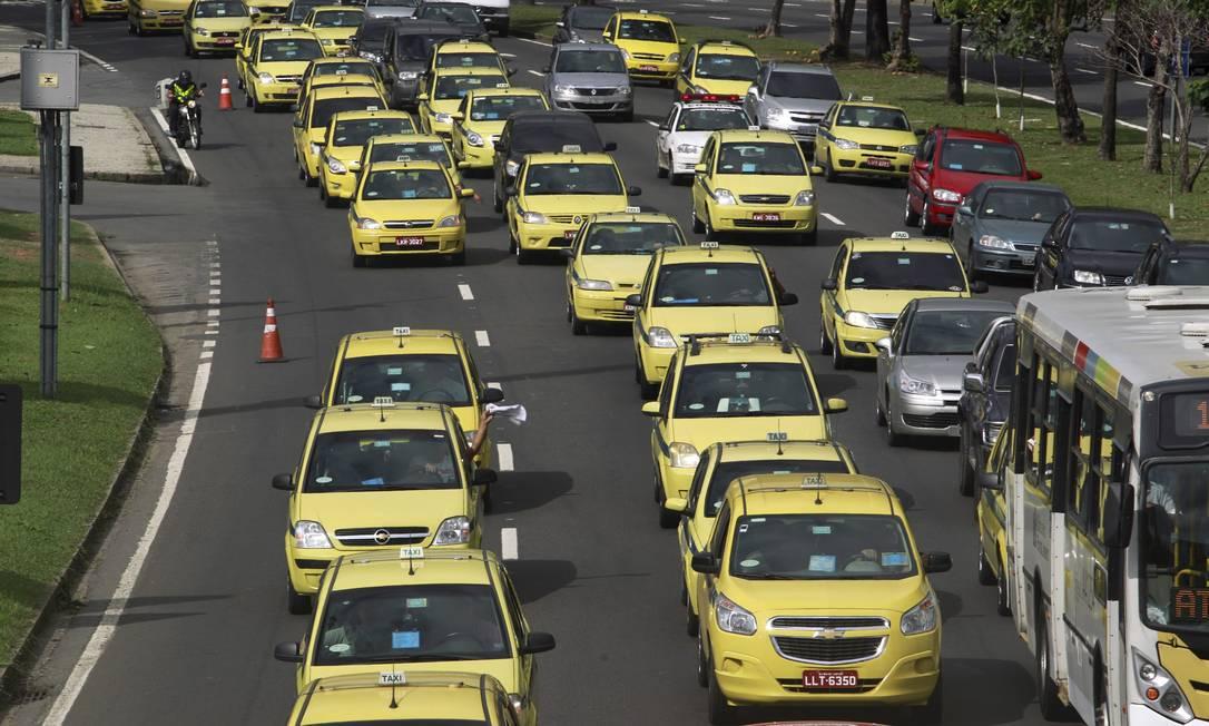 Táxis no Aterro do Flamengo Foto: Gabriel de Paiva / O Globo