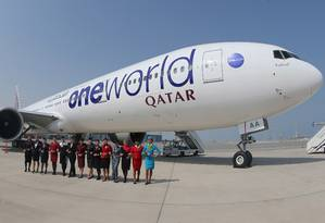 Comissárias de bordo posam em frente a um avião da Qatar Airways em Doha Foto: KARIM JAAFAR / AFP