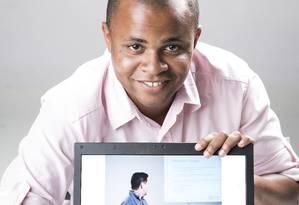 Henrique Mendonca, de 24 anos, faz faculdade de Administracao a distância Foto: Leo Martins / Agência O Globo