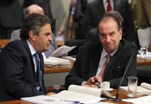 Os senadores Aécio Neves (PSDB-MG) e Aloizio Nunes Ferreira (PSDB-SP) durante a votação na CCJ Foto: Ailton de Freitas / Agência O Globo