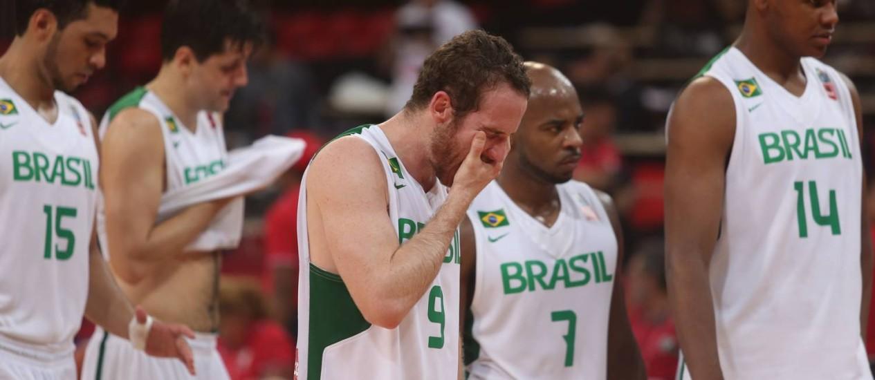 Jogadores da seleção brasileira de basquete após derrota vergonhosa para a Jamaica na Copa América Foto: Juan Carlos Solorzano / AP