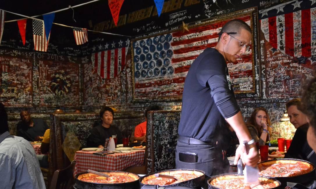 A 'deep dish', pizza muito grossa, servida no Gino's, é uma das tradições gastronômicas em Chicago Foto: Mari Campos