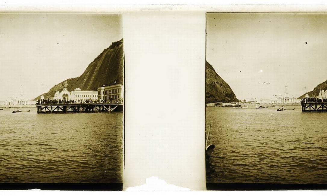 Ponte para embarque de barcos na Exposição Nacional de 1908 realizada na Praia Vermelha, na Urca Foto: Acervo do Museu Imperial