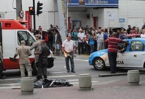 Tiroteio deixou dois mortos e assustou os pedestres em Bangu - Foto: Jadson Marques / Agência O Globo