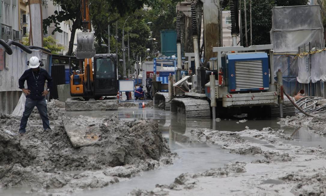 Máquinas ficam atoladas na lama em Ipanema: tubulações da Cedae se romperam no bairro Foto: Marcelo Carnaval / Agência O Globo
