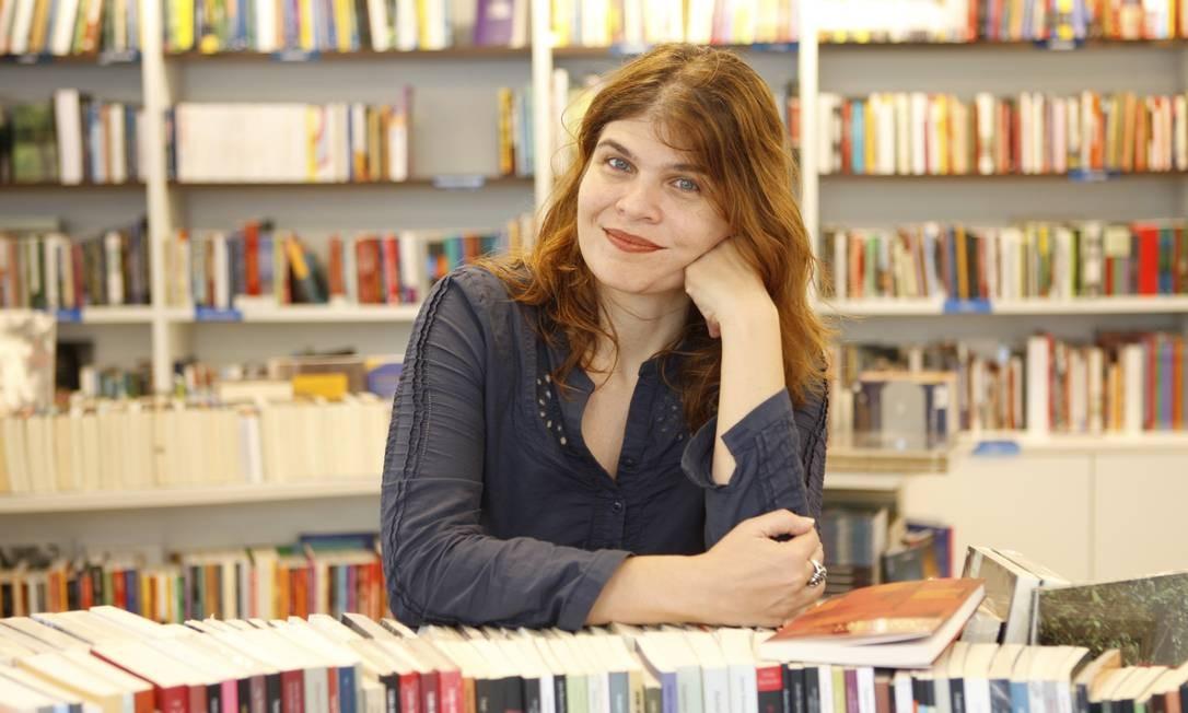 """Mesmo tendo se fixado como autora de novelas, Cláudia ainda dá aulas e acaba de lançar o livro """"Labirinto da palavra"""" Foto: Agência O Globo / Gustavo Stephan"""