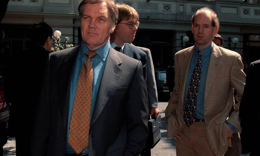 Adrian Newey (ao fundo) participa de audiência na Itália: ele foi acusado de homicídio culposo pela morte de Senna junto com seu mentor, o engenheiro Patrick Head (à frente) AFP