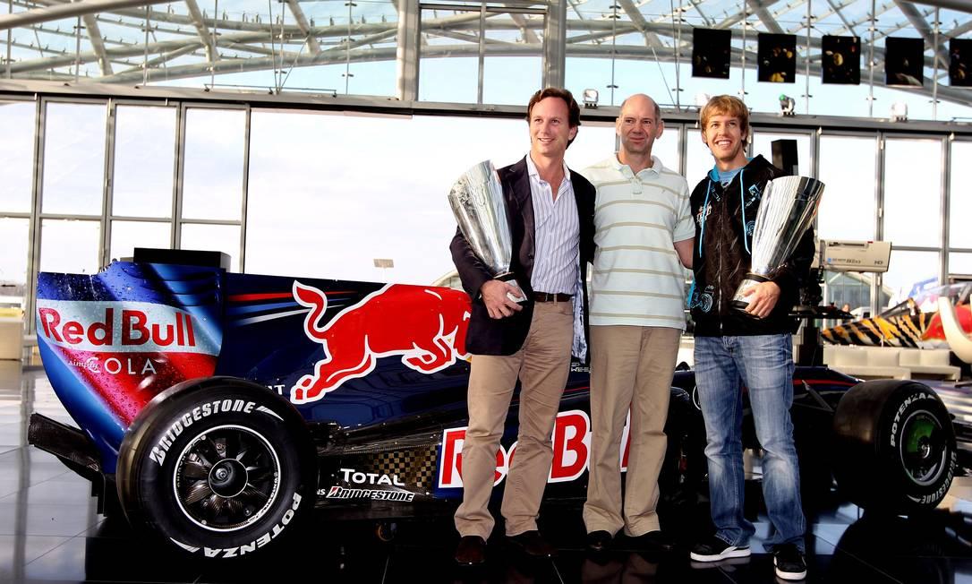 O chefe da RBR Christian Horner comemora o primeiro título da equipe na Fórmula-1 em 2010 com o projetista Adrian Newey e o piloto Sebastian Vettel AFP/Mark Thompson/15-11-2010