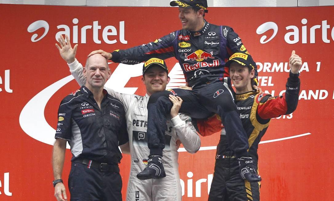 Vettel brinca com Newey depois de conquistar seu quarto título na categoria, no último domingo, no GP da Índia Reuters/Adnan Abidi/27-10-2013