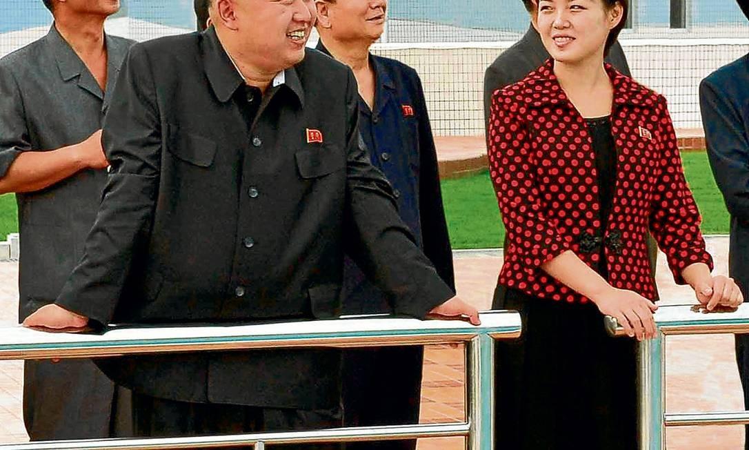 Lado a lado. Ri Sol-Ju acompanha o marido em agenda oficial: essa prática era incomum durante o governo do pai do atual ditador Foto: KCNA / REUTERS/25-7-2012