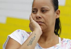 Gilmara tatuou o nome do filho depois que o rapaz morreu na porta de casa Foto: O Globo / Márcia Foletto