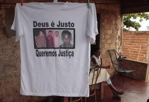 Dona Vilma e a camiseta com as fotos dos sobrinhos Foto: Jorge William / O Globo