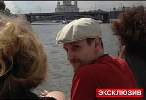 Edward Snowden em passeio de barco por Moscou Foto: Terceiro / Agência O Globo