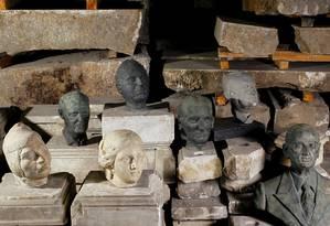Cabeças e bustos de ilustres desconhecidos ficam no deposito da secretaria de conservacao Foto: Pedro Kirilos