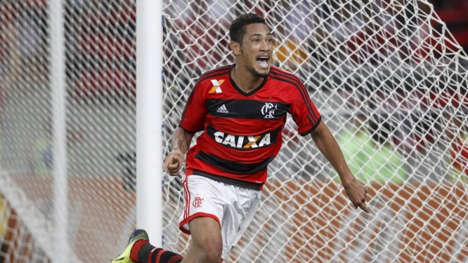 Hernane comemora após marcar o gol da vitória do Flamengo sobre o Fluminense Foto: Marcelo Carnaval / Agência O Globo