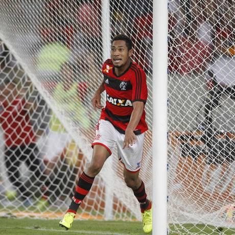 Hernane será um dos poucos titulares do Flamengo contra o Vitória. Atacante ainda sonha com artilharia do Brasileiro Foto: Marcelo Carnaval / Agência O Globo