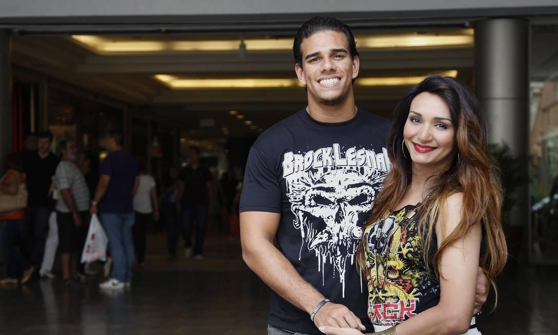 """Militância. Gustavo faz questão de andar de mãos dadas a Bruna. """"Ela é tudo na minha vida"""" Foto: Agência O Globo / Márcio Alves"""