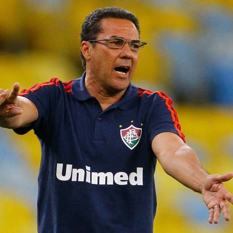 O técnico Vanderlei Luxemburgo chegou ao clássico com o cargo ameaçado no Fluminense, mas foi mantido, apesar da derrota Foto: Pedro Kirilos / Agência O Globo