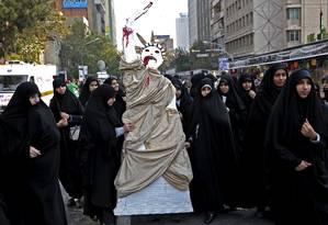 Manifestantes fazem um boneco representando a Estátua da Liberdade durante protesto contra os EUA em Teerã Foto: Ebrahim Noroozi / AP