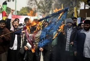 Manifestantes iranianos queimam bandeira americana durante protesto em Teerã Foto: Ebrahim Noroozi/AP