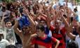 Torcedores do Flamengo em uma fila para comprar ingressos no jogo da semifinal contra o Goiás