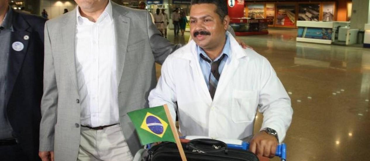 Cubanos participantes do programa Mais Médicos desembarcam em Brasília e são recebidos pelo ministro Alexandre Padilha Foto: André Coelho / O Globo / 04-11-2014