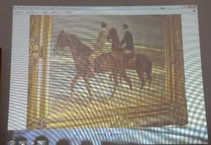 Quadro de Max Liebermann 'Zwei Reiter am Strande' ('Dois cavaleiros na praia', em tradução livre) é projetada durante a coletiva de imprensa em Augsburg sobre as obras encontradas em Munique. O promotor Reinhard Nemetz e a especialista em arte Meike Hoffmann, da Universidade Livre de Berlim, apresentaram as imagens Foto: Kerstin Joensson / AP