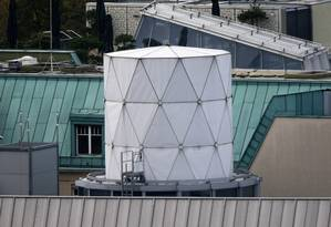 Estrutura branca de espionagem instalada no telhado da embaixada britânica em Berlim Foto: FABRIZIO BENSCH / REUTERS