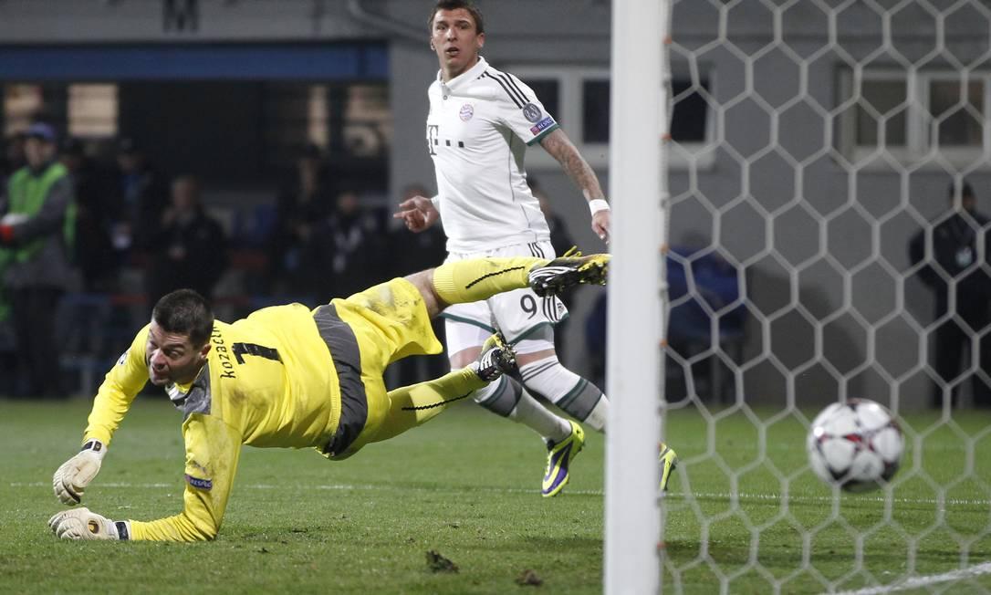 Mario Mandzukic observa após superar o goleiro Matus Kozacik e fazer o gol da vitória do Bayern de Munique sobre o Viktoria Plzen Foto: Petr David Josek / AP