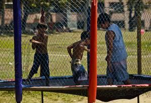 Três crianças pulam juntas na cama elástica, contrariando recomendação dos pediatras e ortopedistas: os mais rigorosos defendem um por vez Foto: Fábio Seixo / Agência O Globo