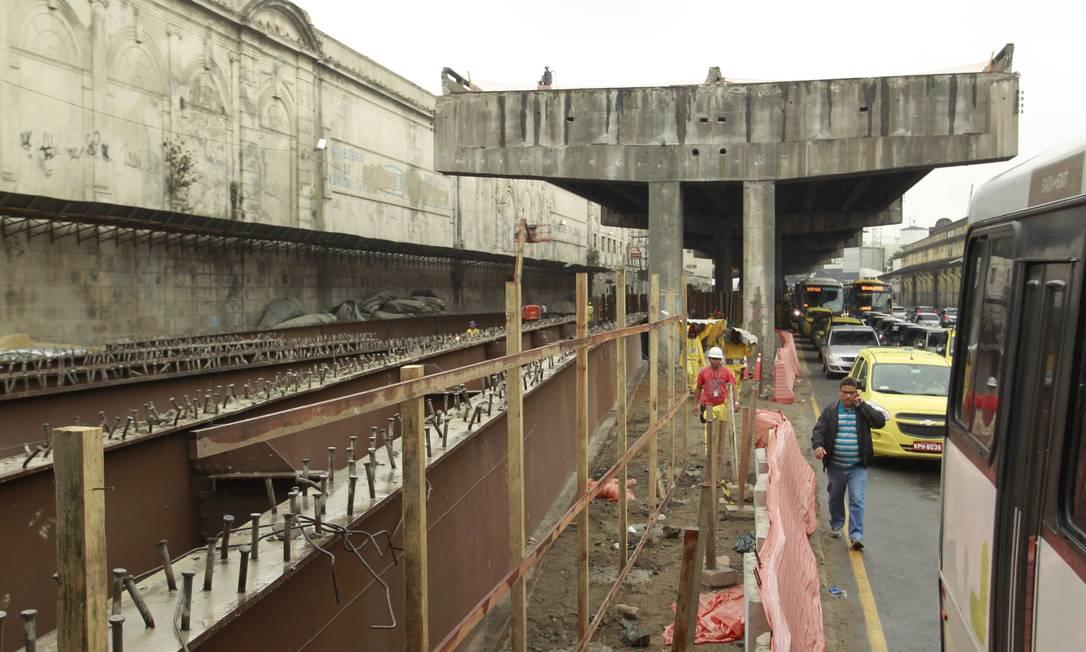 As vigas são colocadas na calçada, sob o elevado Gabriel de Paiva / Agência O Globo