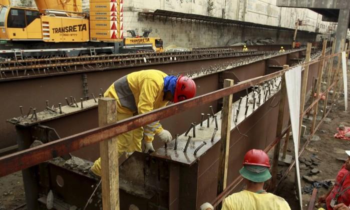 Operários da Porto Novo retiraram, nesta quarta-feira, parte das vigas de sustentação do trecho do Elevado da Perimetral Gabriel de Paiva / Agência O Globo