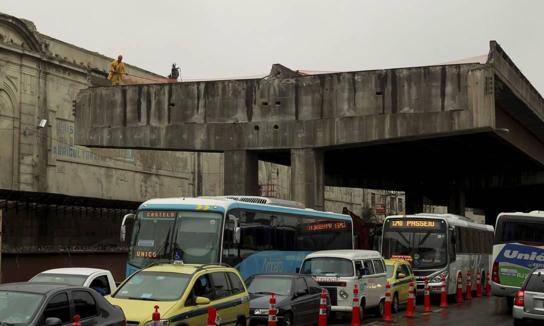 Na Avenida Rodrigues Alves, ônibus e carros passam sob trecho já desmontado da Perimetral Gabriel de Paiva / Agência O Globo