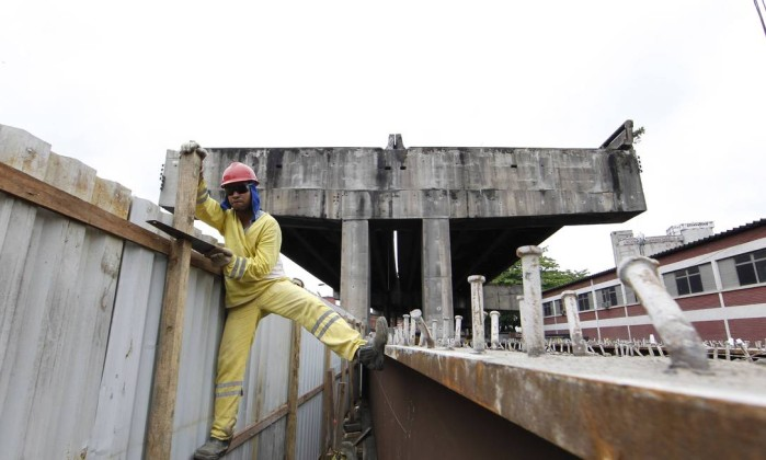 Operário prepara uma barreira de segurança da obra Domingos Peixoto / Agência O Globo